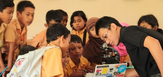 """Cyber Hair Wars"" – Microscopy Workshop for Elementary School, Yogyakarta"