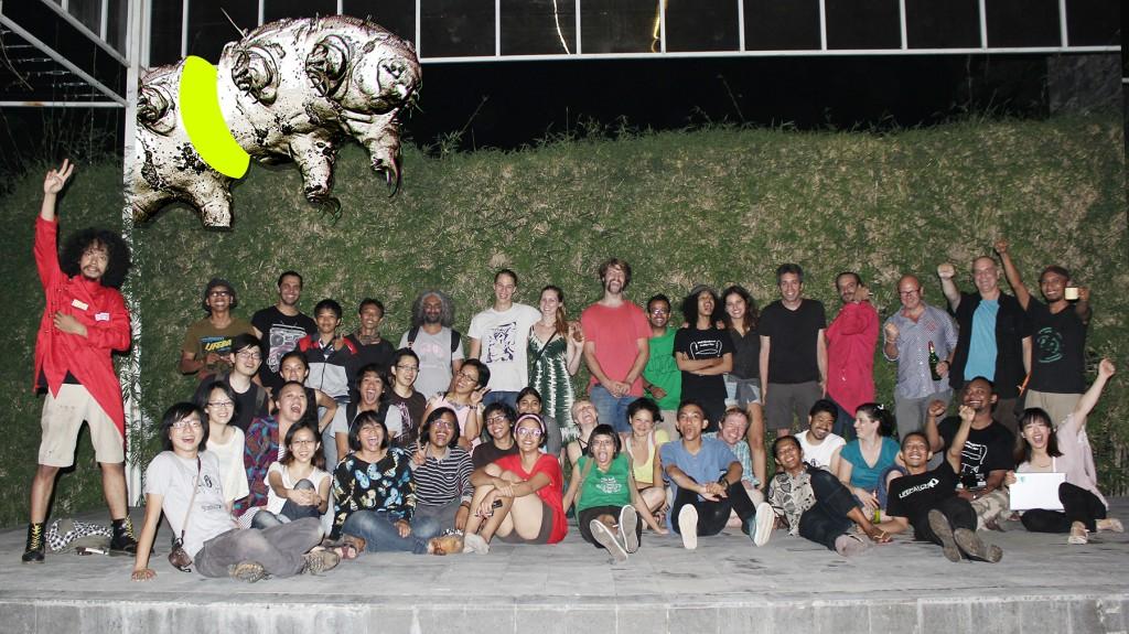foto keluarga HackteriaLab2014 seusai pembukaan pameran hackterialab2014 di langgeng art foundation